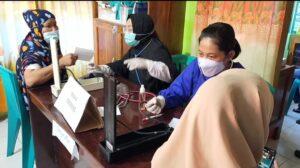 ratusan pedagang pasar senggol mengikuti vaksin